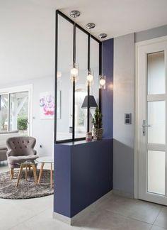 Une verrière pour mettre en valeur l'entrée et offrir une séparation élégante avec le salon