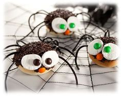 Spider Smores=Yea, a perfect treat for Halloween night Food and treats Galore! Rhoads Pope for mag club! Halloween Dinner, Halloween Night, Holidays Halloween, Halloween Treats, Happy Halloween, Halloween Recipe, Halloween Foods, Healthy Halloween, Halloween Spider