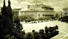 Σύνταγμα δεκαριά τριάντα Old Photos, Vintage Photos, Athens Greece, Mansions, Black And White, Country, House Styles, City, Outdoor