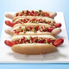 Hot dogs med løg, agurk og rød peber