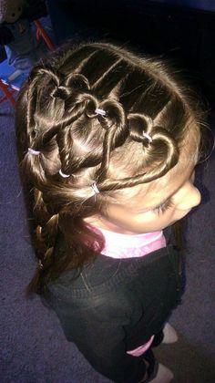 süßes mädchen mit braunen haaren und interessanter frisur