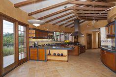 Colores cálidos a juego con la madera en detalles y techo de vigas crean un espacio rústico. REVISTA CLAVE! 43  Foto: Jorge Luis Narvaez