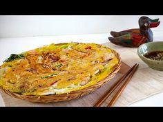 Korean Seafood Pancake (Haemul Pajeon) - I saved this for the sauce. Korean Seafood Pancake, Yummy Asian Food, Main Course Dishes, Korean Food, Video 4, Seafood Recipes, Asian Recipes, Pancakes, Easy