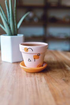Painted Plant Pots, Painted Flower Pots, Pottery Painting Designs, Pottery Designs, Cuadros Diy, Cerámica Ideas, Flower Pot Art, Terracotta Pots, Clay Pots