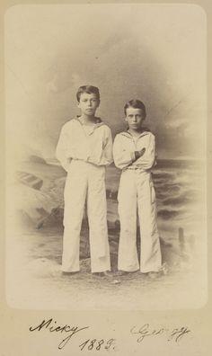 Czarevich Nicholas, depois, Nicolau II, e Grão-Duque George Alexandrovich. Eles estão de pé, sendo que o Grão-Duque George está á direita, com os braços cruzados. Ambos os meninos estão vestindo ternos de marinheiro. Há um cenário pintado do mar atrás. A fotografia é assinada e datada Nicky e Georgy 1883.