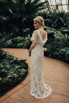 Beautiful garden elopement in Chicago. From the bright florals, her BHLDN lace wedding dress, and their intimate vows, this wedding was a dream!