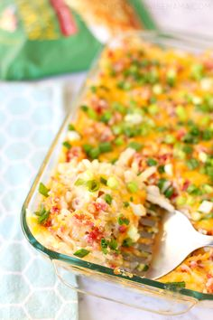 The BEST Loaded Hashbrown Casserole. This crowd favorite is so simple and delicious. Perfect for holiday dinners, potlucks or get-togethers. Fall Dinner Recipes, Vegetarian Recipes Dinner, Dinner Ideas, Gerd Diet, Hash Brown Casserole, Casserole Dishes, Casserole Recipes, Fodmap Recipes, Side Dish Recipes