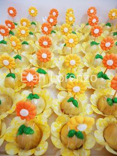 Bombons de chocolate branco decorados com flores.