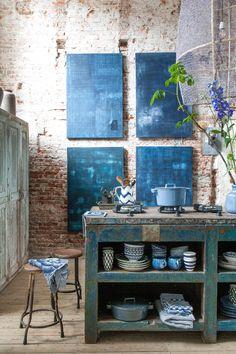 Dans un loft industriel, une cuisine plutôt campagnarde placée sous le signe du bleu indigo.