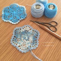 NoteDMC8番刺繍糸 Color No.67/No.800/No.9964号レース編み・9cmPatternmemo作り目はわから編む方法で鎖編み3目で立ち上がり、続けて長編みを17目編みます。前段の鎖編みに編むところは束で拾って編みます。