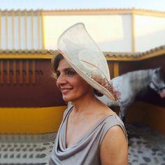 """Media pamela en tonos paja adornada con sinamay cobre y plumas de faisán """"Lady Amherts"""" by @nilataranco. Impresionante ¿verdad? #nilatarancodesign #pamelasparabodas #tocadosdeinvitada #invitadaperfecta #weddings #bodas #bridalstylist #weddingoutfit #millinery #lookinvitada #bodadedia #handmade #weddinglook #lookdeboda"""