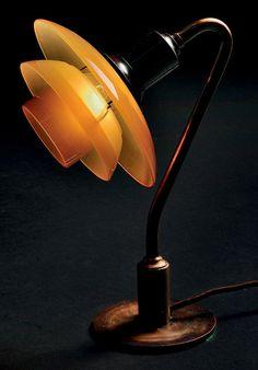 POUL HENNINGSEN Lampe de bureau modèle «PH2/2» Laiton patiné et opaline