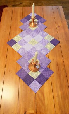 patrón de camino de mesa, camino de mesa boda Purple Patchwork Table R . Patchwork Table Runner, Table Runner And Placemats, Table Runner Pattern, Quilted Table Runners, Plus Forte Table Matelassés, Christmas Runner, Christmas Table Runners, Quilted Table Toppers, Quilt Blocks