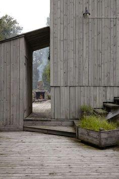 SPENNENDE VINKLER: At barna elsker å springe rundt på hytta er forståelig. Til og med voksne lar seg friste til å leke gjemsel her. Trappen er bygget inn i veggen.
