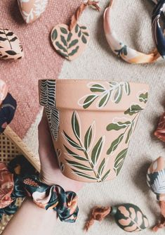 Diy Crafts To Do, Cute Crafts, Painted Plant Pots, Pottery Painting Designs, Diy Décoration, Craft Night, Diy Clay, Crafty Craft, Diy Gifts