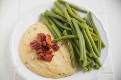 Cremige Käse Polenta mit Speck und Fisolen