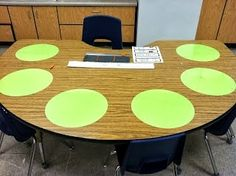 Vinyl cutouts on tables can be written on with dry erase markers. 25 Clever Classroom Tips For Elementary School Teachers Classroom Setting, Classroom Setup, Classroom Design, Kindergarten Classroom, Future Classroom, Classroom Hacks, Classroom Environment, Classroom Arrangement, Kindergarten Handwriting