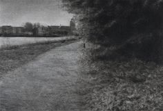 Pad langs het water | Renie Spoelstra. De fascinatie voor recreatiegebieden begon in Spoelstra's jeugd, toen ze zich ervan bewust werd dat deze gebieden zich aanpasten aan haar stemming en nauwelijks betekenis op zichzelf hebben. Ze vertegenwoordigen een nietszeggende leegte waar veel op los te laten is. Het romantische landschap is dan ook nooit ver weg in Spoelstra's oeuvre. De schoonheid van het desolate geeft een onheilspellend gevoel.
