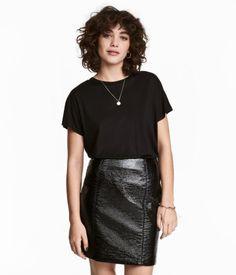 Black. Wide-cut top in soft, crêped viscose jersey with cap sleeves and a gently rounded hem.