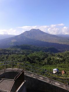 Tiada yg bisa menghalangi pandangan ini untuk terus menikmati indahnya gunung ini, meski tak terjamah tapi ini nyata. #volcano #lake #batur #bali #tourist #vacation