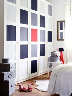 PAX garderober med BERGSBO dörrar har fått ny look med hjälp av papper.