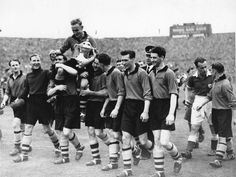 Billy Wright celebrates winning the FA Cup at Wembley Football S, School Football, Football Pictures, Wolverhampton, Fa Cup, Wolves, First Love, Legends, Soccer