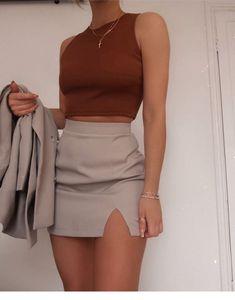 Grey mini skirt and burgundy top Teen Fashion Outfits, Mode Outfits, Skirt Outfits, Cute Fashion, Look Fashion, 2000s Fashion, Fashion Vintage, Vintage 70s, Modest Fashion
