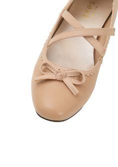 クロスベルトフラットパンプス|axes femme(アクシーズファム)公式通販サイト。web限定セールや最新アイテム、雑誌掲載商品の入荷などお得な情報が満載!「ラグジュアリー」と「ノスタルジック」をテーマに、パーティーからカジュアルまで様々な場面でのフェミニンカジュアルを提案。 Flats, Shoes, Fashion, Loafers & Slip Ons, Moda, Zapatos, Shoes Outlet, Fashion Styles, Flat Shoes