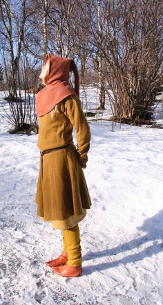 Viking age costume based on Hedeby Harbour finds. The hood is perhaps a little baggy over the head (might blow down int he wind), but the colours, materials and fit of all the clothes is spot on.