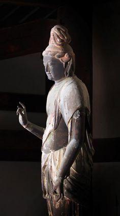 【奈良・秋篠寺/伎芸天(奈良)】瞑想的な表情と優雅な身のこなしで多くの人を魅了する。頭部が奈良時代の脱活乾漆造、体部は鎌倉時代だが違和感なく調和している。伎芸天の古例は日本では本像以外に殆どなく、本来の尊名であるかどうかは不明である。