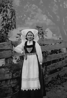 Here for your browsing pleasure is an imposing photo of A Hardanger girl, Hardanger Fjord. This color photochrome print was made between 1890 and 1900 in Fjord, Norway. Norway Girls, Hardanger Embroidery, Embroidery Patterns, Photographs Of People, Thing 1, Ethnic Dress, Folk Costume, Costumes, Traditional Dresses