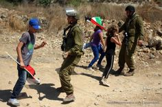 israeli-soldiers-stopping-children-at-a-protest.jpg (600×400)