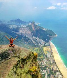 'Foto mais assustadora do mundo': turistas se arriscam na Pedra da Gávea, no RJ   Virgula