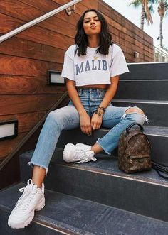Musa do estilo: Michelle Infusino - T-shirt branca cropped estampada, calça jeans com rasgo no joelho, destroyed, tênis branco Teen Fashion Outfits, Mode Outfits, Swag Fashion, Fashion Ideas, T Shirt Outfits, Airport Outfits, Tumblr Outfits, Fashion Hacks, Fashion Tips