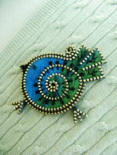 Bright little bird... I love this turquoise blue.