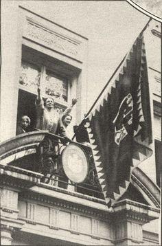 Majestatea Sa Regina Maria a României în Statele Unite ale Americii (probabil în timpul vizitei regale din 1926). La balcon (probabil al ambasadei Regatului României) este arborat Pavilionul Reginei și se poate observa Stema Regală… Românii își vor monarhia înapoi!  http://www.dcnews.ro/de-ce-se-schimba-drapelul-pe-palatul-elisabeta-de-cand-flutura-pavilioanele-regale_68238.html  http://razvansandu.zando.ro/2012/12/stema-regatului-romaniei-explicata.html