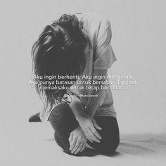 Dear hati, akurlah bersama logika. Begitu kuatnya kamu sebagai hati untuk bisa menahan sakit. Begitu kerasnya kamu pada pendirianmu, hingga logika lelah menasehatimu. #kata2cewek Quotes Rindu, Story Quotes, Hurt Quotes, People Quotes, Mood Quotes, Life Quotes, Qoutes, Quotes Romantis, Note To Self Quotes