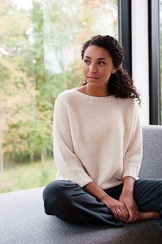 Белый пуловер оверсайз можно носить с юбкой и джинсами