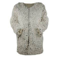 100% polyester. Zacht fluffy bont vest. Extra warm, dubbel gevoerd met de voering in matchende fleece kwaliteit. Taupe van kleur. Het vest is ongeveer 75 cm lang.