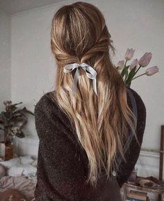 Marzo nos trae flores, lazos y muchas recomendaciones como las que te esperan hoy en el blog, ¡no te las pierdas! #ATCloves #hairdo #love #messyhair #inspiration #photography @isabellath