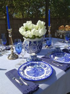 Parsimonious Décor Darling: Set Your Table With Flair--Welcome Spring Tablescape Blue And White China, Blue China, Beautiful Table Settings, Decoration Table, White Decor, White Porcelain, Tablescapes, Spring, Holiday