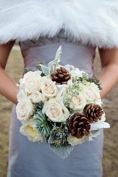 Букет невесты для зимней свадьбы из белых роз, коричневых шишек,