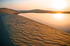 À 60 km environ de Doha, se trouve l'une des plus impressionnantes merveilles naturelles du Qatar, Khor Al Adaid, connue sous le nom de « Mer intérieure ». Cette réserve naturelle possédant son propre écosystème et inscrite au patrimoine mondial de l'UNESCO est l'un des rares endroits au monde où la mer s'enfonce jusqu'au cœur du désert. Inaccessible par la route, cette étendue d'eau paisible ne peut être atteinte qu'en traversant les dunes vallonnées.