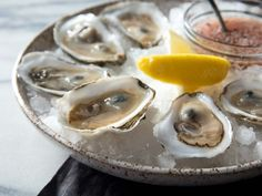 Shell Game: How to Serve Oysters on the Half-Shell at Home Sushi Recipes, Meat Recipes, Appetizer Recipes, Seafood Recipes, Dinner Recipes, Appetizers, Raw Oysters, Fresh Oysters, A Food