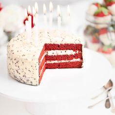 Red Velvet -kakku on nimensä mukaisesti kuin punaista samettia. Kuorruta kakku punavalkeiden karkkien kuningattarella, Marianne Crush -murskalla maustetulla pehmeällä tuorejuustokuorrutteella. Red Velvet, Childrens Party, Vanilla Cake, Tartan, Birthday Candles, Red And White, Cookies, Baking, Desserts
