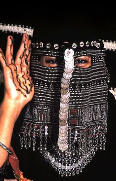 Saudi Bedouin mask with henna hands by J.Lewis. Beduíno árabe com hena nas mãos. < Note the elaborate bead embroidery reminiscent of assuit on her veil.