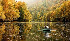 #Herfst in #Hongarije... kleurrijk en #uniek. * Op het plaatje: het meer van Hámori * [Foto: Oliver Leicher, 500px]