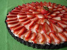 Strawberry No-Bake Cheesecake with Chocolate Crust. Easy #party #dessert to make. http://www.ivillage.com/dinner-party-recipes-budget/3-b-343620#343665