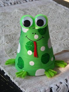 This foam cup frog craft is so cute! I think I'll definitely be making this for our frog theme classroom! Can you believe that is just a painted Styrofoam cup?!