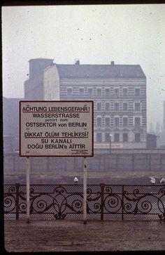 Hola amigos y amigas de T!: comparto con ustedes unas excelentes imágenes de Berlín tomadas en febrero de 1982, cuando el muro dividía a la ciudad en dos. Son en colores y de muy buena calidad, y retratan una época difícil y convulsionada no sólo...